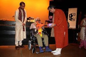 Fazal honouring Mohan Nadkarni