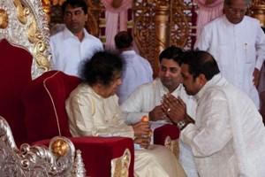 Singers Sumeet Tappoo and Shankar Mahadevan greet Satya Sai Baba