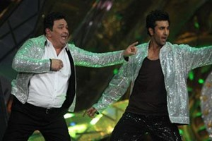 Ranbir Kapoor shakes a leg with father Rishi Kapoor at the IIFA Awards 2012